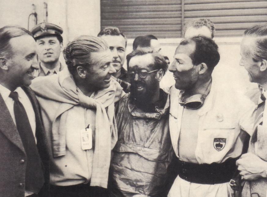 Moss et Jenkinson recevant les felicitations de Rudolf Uhlenhaut.
