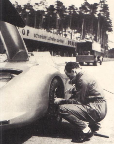 Moss s'entrainant au changement de roue.