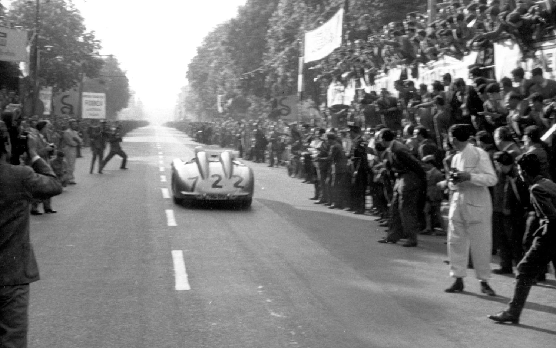 La Mercedes 722 quelques secondes après le départ.