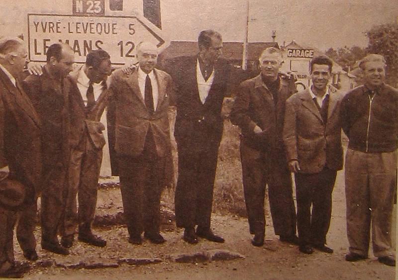 L'équipe Mercedes (de G. à D.) : Neubauer, Fangio, Moss, Levegh, Fitch, Kling, Simon, Uhlenhault Source : Le Miroir des Sports