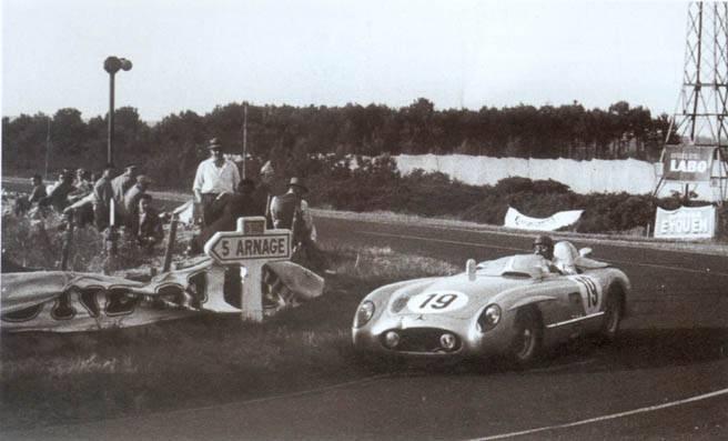 La Mercedes n°19 de JM Fangio et Stirling Moss qui porte les stigmates de la catastrophes au dessus de la calandre et sur le phare gauche, mènera jusqu'au retrait de l'écurie dans la nuit Source : Editions Altaya