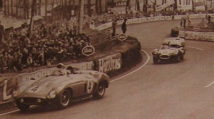 Castellotti en tête suivi de près par Hawthorn et Fangio Source : Le Miroir des Sports