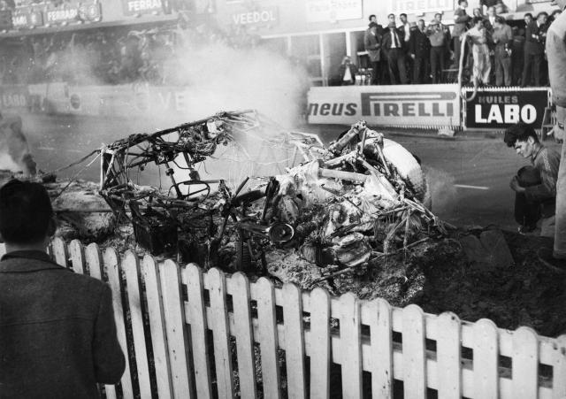 La Mercedes après l'extinction de l'incendie Source : AFP
