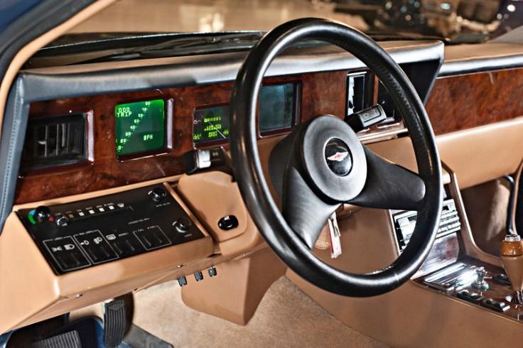 Tableau de bord 3 écrans cathodiques dès 1984 Source : luxuo.com