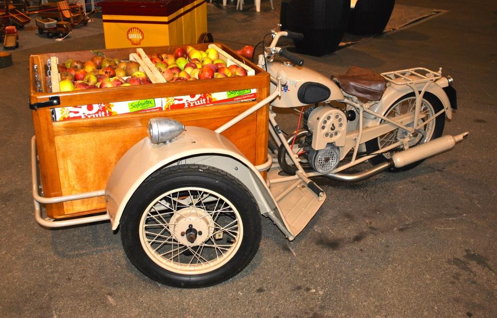 Le Salon accueille aussi une belle variété de motos, ici une Peugeot