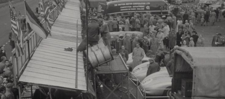 Le stand Mercedes avant le départ. Les voitures sont prêtes. Source : Collection George Phillips