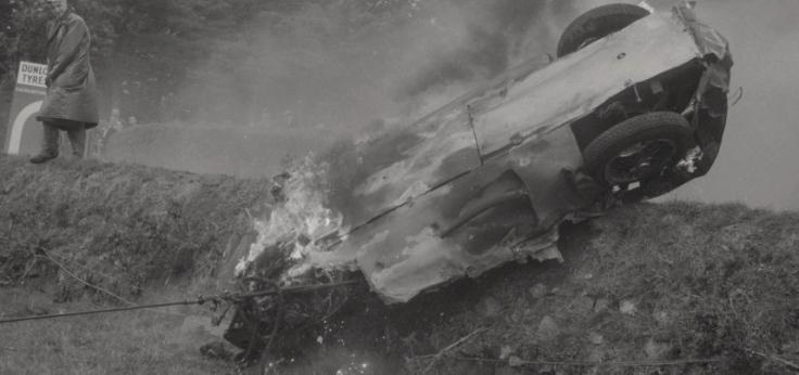 Encore en proie aux flammes, une épave de l'accident de Dear's Leap en train d'être déblayée Source : Collection George Phillips