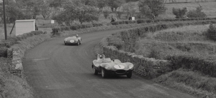 Mike Hawthorn venant de doubler une Porsche 550 Spyder Source : Collection George Phillips