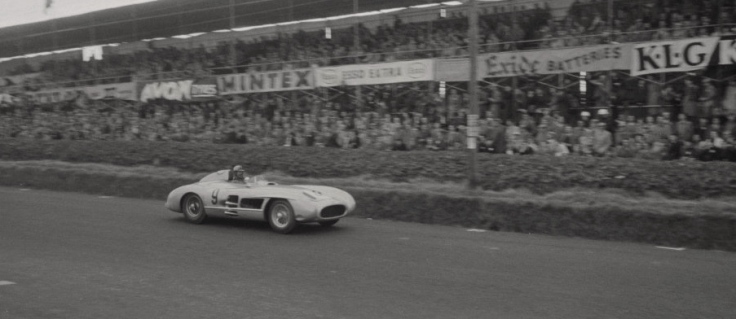 La 300SLR n°9 de Fangio et Kling devant la Grande Tribune Source : Collection George Phillips