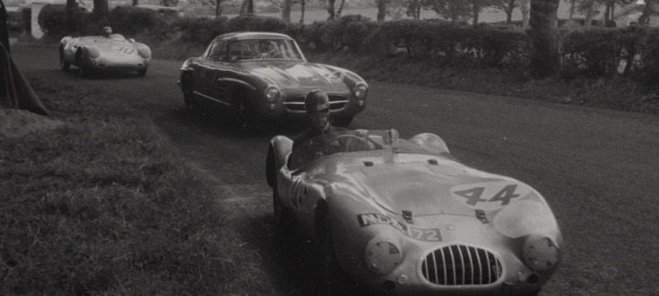 Comme on peut le voir sur ces deux photos, le Vicomte de Barry n'emprunte pas les bonnes trajectoires, il monopolise le centre de la piste et empêche les autres pilotes de le doubler sereinement Source : Collection George Phillips