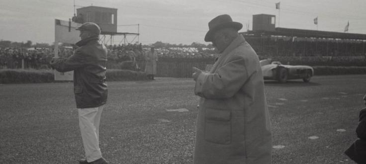 Alfred Neubauer observe le chrono du dernier tour de la 300SLR n°10