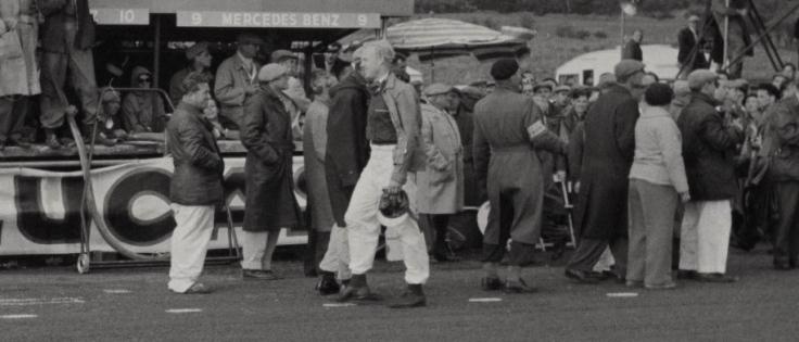 Mike Hawthorn qui franchit la ligne d'arrivée à pied après la casse du moteur de sa Jaguar Source : Collection George Phillips