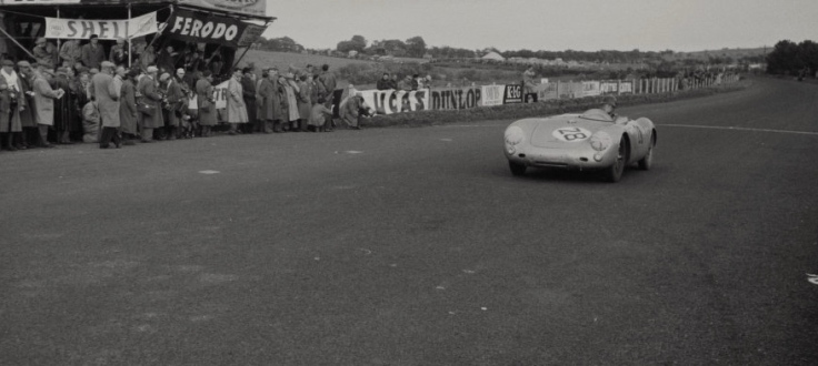 La Porsche 550 Spyder de Caroll Shelby franchit à son tour la ligne en 9ème position Source : Collection George Phillips