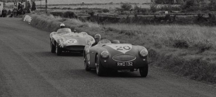 Lance Macklin, n°20, sur le point d'être doublé par la Ferrari de Maglioli/Trintignant, n°5 Source : Collection George Phillips