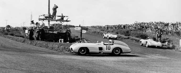 Stirling Moss en plein virage Source : Sportscardigest.com