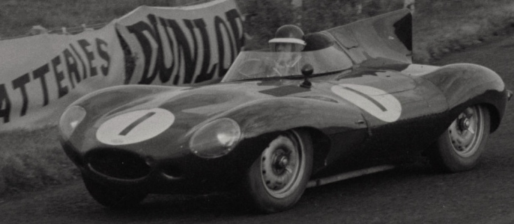La Jaguar Type D n°1 pilotée par Mike Hawthorn et Desmond Titterington, ici Hawthorn est au volant Source : Collection George Phillips