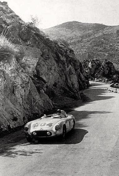 Les routes sinueuses et glissantes de Sicile ne sont pas sans danger. Les voitures, à l'image de la 300SLR de Moss/Collins en montrent les stigmates.