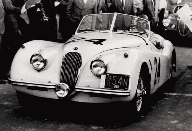 Seule et unique Jaguar à prendre le départ, la XK120 n°24 de Vella et Termini.