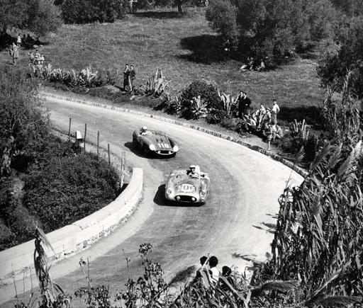 La Ferrai 860 Monza de Castellotti/Manzon (n°116) sur le point de doubler la Mercedes de Titterington/Fitch.