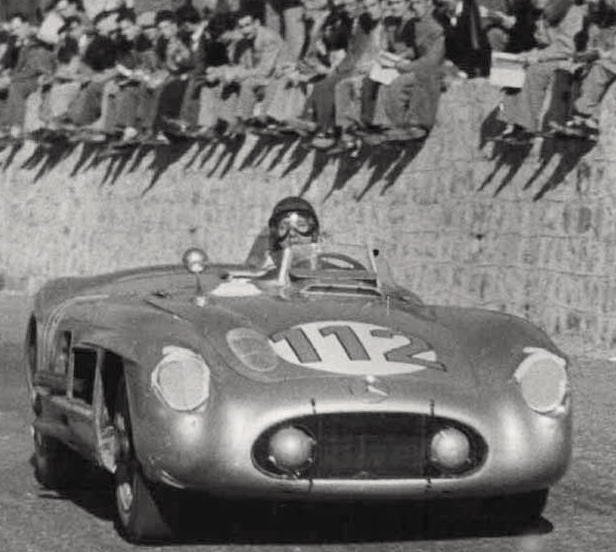 Sur cette série de photos, on voit que la voiture du duo Fangio/Kling a nettement moins souffert d'accrochages durant la course.