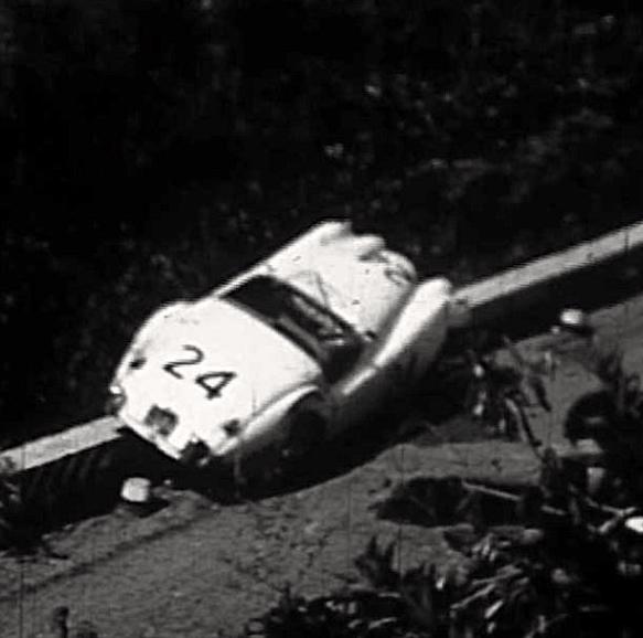 La XK120 n°24 de Vella et Termini après son accident.