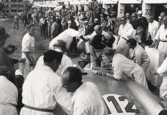 Fangio embarque dans la 300SLR.