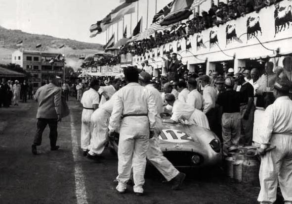 Alfred Neubauer arrive au pas de course.