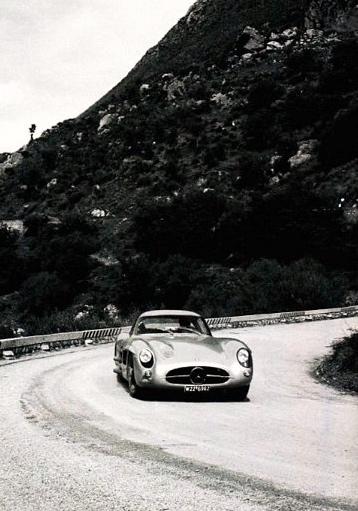 300SLR Coupe Uhlenhaut. Cette superbe voiture devait courir le Championnat en 1956, mais les hautes autorités de Mercedes à Stuttgart en ont décidé autrement.Tout comme lors du Tourist Trophy de Dunrod, elle permettra aux pilotes de s'entrainer avant la course.