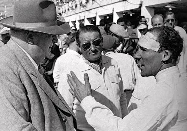 Pendant le relais de Collins, Moss s'entretient avec Alfred Neubauer.