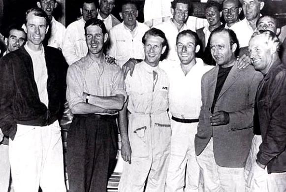 La traditionnelle photo d'avant course des pilotes Mercedes au complet. De gauche à droite : John Fitch, Desmond Titterington, Peter Collins, Stirling Moss, Juan Manuel Fangio, Karl Kling.