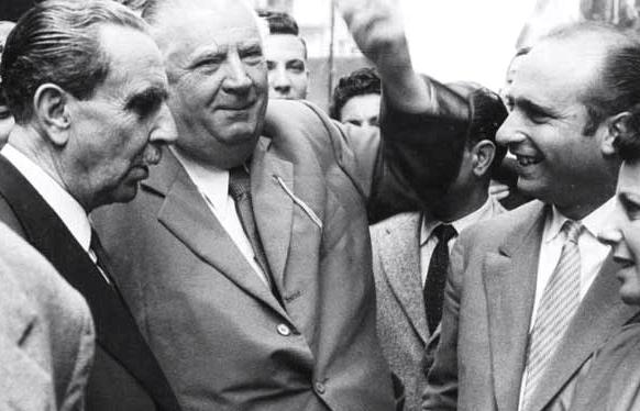 M. et Mme Fangio en pleine discussion avec Alfred Neubauer et Vincenzo Florio, ancien pilote et créateur de la Targa Florio.