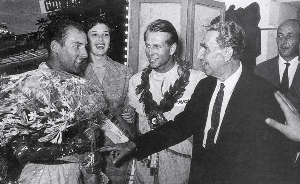 Moss et Collins recevant les félicitations de Vincenzo Florio.