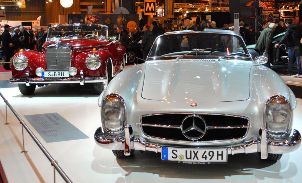 La Mercedes 300 SL cabriolet, derrière : un cabriolet 300S (1955)