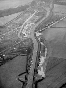 La rocade de Guildford telle qu'elle était en 1957, vue du Nord. Les 2 pilotes arrivent de la petite route tout en haut et s'engagent sur l'A3 en direction de Londres, vers le bas de la photo.