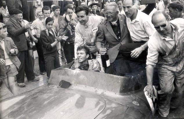 Après la course, Caroll Shelby au volant. On reconnaît Stirling Moss assis à droite.