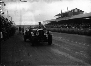 bentley_1_of_barnato_and_birkin_at_the_1929_24_hours_of_le_mans_3