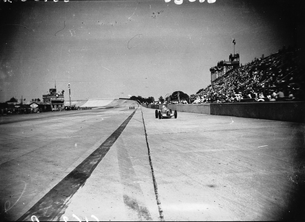 Rudolf_Caracciola_pitting_at_the_1935_French_Grand_Prix