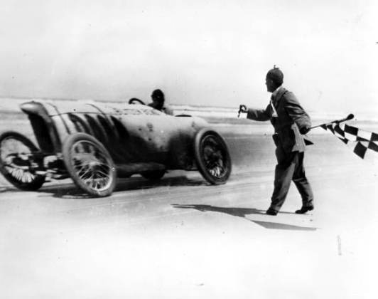 Barney_Oldfield_racing_the_Blitzen_Benz_at_Daytona_Beach,_Florida_(10137279833)